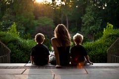 Madre e ragazzi gemellare Fotografie Stock Libere da Diritti
