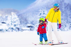 Madre e ragazzino che imparano sciare Fotografie Stock Libere da Diritti