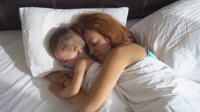 Madre e ragazzino svegli di mattina in hotel stock footage