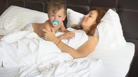 Madre e ragazzino svegli di mattina in hotel video d archivio