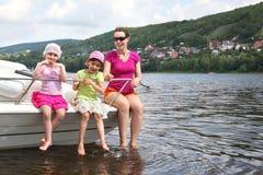 Madre e sede dei bambini sulla taglierina Fotografia Stock Libera da Diritti