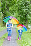 Madre e sua figlia con gli ombrelli Fotografia Stock