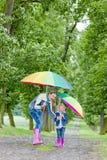 Madre e sua figlia con gli ombrelli Fotografia Stock Libera da Diritti