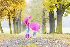Madre e sua figlia con gli ombrelli Fotografie Stock Libere da Diritti