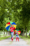 Madre e sua figlia con gli ombrelli Immagine Stock