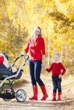 Madre e sua figlia con una carrozzina Immagini Stock Libere da Diritti