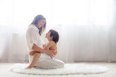 Madre ed il suo bambino, abbraccianti Fotografia Stock Libera da Diritti