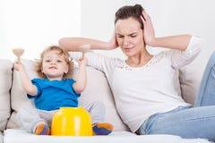 Madre ed il suo bambino rumoroso Fotografia Stock Libera da Diritti
