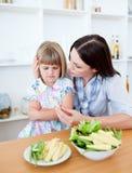 Madre ed il suo cibo della figlia Fotografie Stock Libere da Diritti