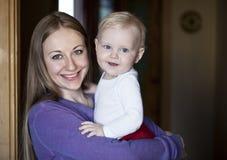 Madre ed il suo piccolo figlio a casa Fotografia Stock