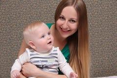 Madre ed il suo piccolo figlio a casa Fotografia Stock Libera da Diritti