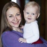 Madre ed il suo piccolo figlio a casa Fotografie Stock Libere da Diritti