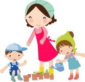 Madre ed innaffiatura dei bambini Fotografie Stock