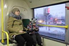 Madre ed suo figlio nel bus Fotografia Stock Libera da Diritti