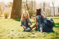 Madre elegante con la hija fotografía de archivo libre de regalías