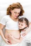 Madre embarazada de abarcamiento durmiente de la muchacha del niño Fotos de archivo