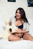 Madre embarazada hermosa con los osos de peluche Imagenes de archivo