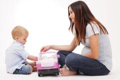 Madre embarazada que juega con su hijo. Imágenes de archivo libres de regalías