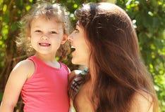 Madre emozionante con la bocca aperta che considera bambino Immagine Stock Libera da Diritti