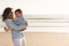 Madre en la playa con el niño Fotografía de archivo libre de regalías