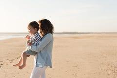 Madre en la playa con el niño Foto de archivo