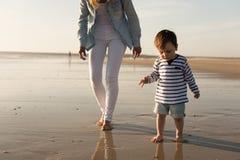 Madre en la playa con el niño Fotos de archivo