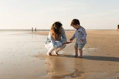 Madre en la playa con el niño Fotografía de archivo
