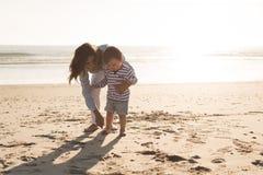 Madre en la playa con el niño Imagen de archivo