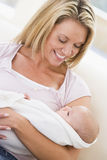 Madre en sala de estar con el bebé fotografía de archivo libre de regalías