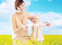 Madre encantadora que abraza a la pequeña hija Fotos de archivo