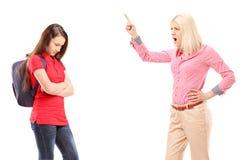 Madre enojada que grita en su hija Foto de archivo