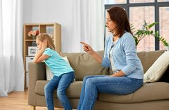Madre enojada que rega?a a su hija en casa imagen de archivo