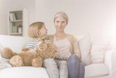 Madre favorable del niño con el cáncer foto de archivo libre de regalías