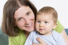 Madre felice che abbraccia il suo neonato dolce. Fotografia Stock