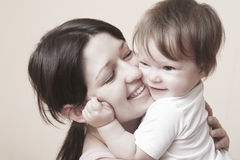 Madre felice che abbraccia neonata fotografia stock