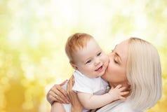 Madre felice che bacia bambino sorridente Fotografia Stock Libera da Diritti