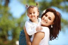 Madre felice che cammina con la figlia Immagini Stock