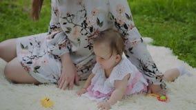 Madre felice che gioca con il bambino sul copriletto stock footage