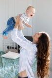 Madre felice che gioca con il neonato Fotografie Stock