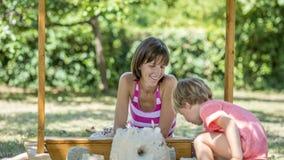Madre felice che gioca con il suo bambino nel giardino Fotografia Stock