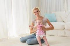 Madre felice che gioca con la sua neonata Fotografia Stock Libera da Diritti