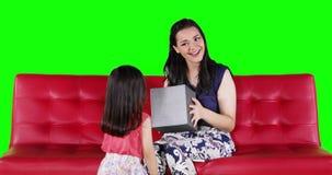 Madre felice che ottiene un regalo dalla figlia archivi video