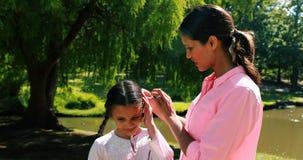 Madre felice che sta con sua figlia in parco archivi video