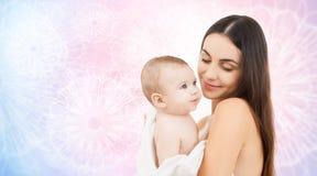 Madre felice che tiene bambino adorabile Fotografie Stock Libere da Diritti
