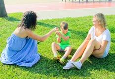 Madre felice con i suoi bambini Solleticare il suoi figlio e figlia sorridente Immagini Stock Libere da Diritti