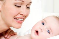 Madre felice con il bambino appena nato sveglio Fotografie Stock