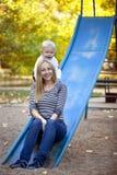 Madre felice con il figlio di due anni sul campo da giuoco Fotografia Stock