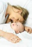 Madre felice con il suo bambino immagine stock