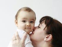 Madre felice con il suo bambino felice in sue braccia Fotografia Stock