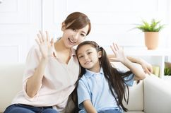 Madre felice con la bambina a casa fotografia stock libera da diritti